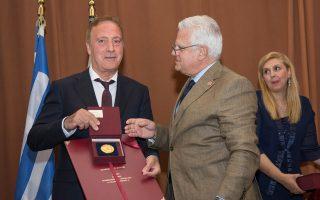 Ο πρύτανης του Παν. Κρήτης, Οδυσσέας Ζώρας, δίνει το βραβείο στον Νίκο Σταμπολίδη, την Κυριακή, στο Ωδείο Ρεθύμνου.