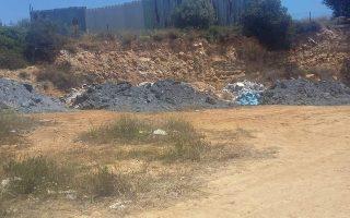 200 τόνοι επικίνδυνων αποβλήτων από την επεξεργασία αλουμινίου ανακαλύφθηκαν σε δύο σημεία στην Παιανία. Η απομάκρυνσή τους καθυστερεί ελλείψει πόρων.