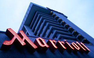 Αλυσίδες ξενοδοχείων, όπως η Marriott International, έχουν αποδυθεί σε επιθετικές εκστρατείες μάρκετινγκ για να ανακτήσουν πελατεία από τις Expedia, Priceline, Βοoking.com και άλλα συναφή σάιτ.