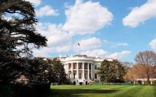 Αναβρασμός επικρατεί στον Λευκό Οίκο, καθώς οι άλλοτε ευνοούμενοι του προέδρου πέφτουν σε δυσμένεια και κάποιοι πρώην συνεργάτες του επανέρχονται.