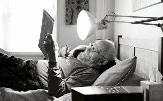 Ο Όλιβερ Σακς σε μία από τις ασπρόμαυρες φωτογραφίες του Μπιλ Χέις που συνοδεύουν την «Ξάγρυπνη πόλη».
