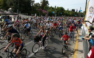 Οσο οι ποδηλάτες αγωνίζονται, οι οδηγοί τραβούν τη δική τους... ανηφόρα.