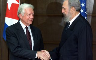 O πρόεδρος της Κούβας, Φιντέλ Κάστρο, δίνει το χέρι του στον πρώην Αμερικανό πρόεδρο Τζίμι Κάρτερ κατά την είσοδο του τελευταίου στο Παλάτι της Επανάστασης, το 2002. Ο Κάρτερ, 21 χρόνια μετά τη λήξη της προεδρικής του θητείας, γίνεται ο πρώτος Αμερικανός πρόεδρος που επισκέπτεται την Κούβα από την επανάσταση του 1959 που ανέτρεψε το καθεστώς Μπατίστα και έφερε τον Κάστρο στην εξουσία. (AP Photo/Jose Goita)