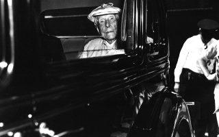 Αυτή πιστεύεται ότι είναι η τελευταία ανεπίσημη φωτογραφία του πολυεκατομμυριούχου και φιλάνθρωπου Τζον Ντ. Ροκφέλερ, ο οποίος πέθανε σαν σήμερα το 1937 σε ηλικία 98 ετών. Η φωτογραφία είναι από τις 9 Οκτωβρίου 1936 και πάρθηκε τη στιγμή που ο Ροκφέλερ κατέφθασε στη Φλόριντα, για να περάσει τον Χειμώνα που έμελλε να είναι ο τελευταίος της ζωής του. (AP Photo)