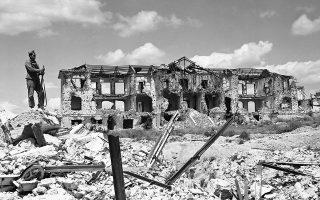 Στρατιώτης στέκεται δίπλα σε ένα τμήμα της κατεστραμμένης Πανεπιστημιούπολης της Μαδρίτης, δύο μήνες μετά το τέλος του Ισπανικού Εμφυλίου Πολέμου, το 1939. (AP Photo)