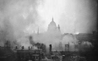 O Καθεδρικός Ναός του Αγίου Παύλου αχνοφαίνεται στον φωτισμένο από τις φλόγες ουρανό του Λονδίνου, έχοντας επιβιώσει από ακόμη μία επιδρομή του «κεραυνοβόλου πολέμου» της Ναζιστικής Γερμανίας, το 1941. (ΑP Photo/Eddie Worth)