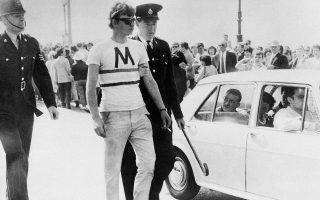 Βρετανοί αστυνομικοί συλλαμβάνουν νεαρό άνδρα, μετά από ένα από τα πολλά περιστατικά βίαιων συγκρούσεων και βανδαλισμών μεταξύ ομάδων που ανήκουν στις αντίπαλες βρετανικές νεανικές υποκουλτούρες των «Μοντς» (Mods)  και των «Ρόκερς» (Rockers) στο Κεντ της Αγγλίας, το 1964. Περίπου 40 νέοι συνελήφθησαν, αρκετοί εκ των οποίων παρέμειναν σε κέντρα κράτησης για μέχρι και εννιά μήνες, αντιμετωπίζοντας κατηγορίες οπλοκατοχής, επίθεσης κατά αστυνομικών και διατάραξης της κοινής ειρήνης. (ΑP Photo)