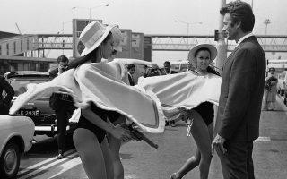 Ο Αμερικανός ηθοποιός Κλιντ Ίστγουντ καταφθάνει στο αεροδρόμιο Χίθροου του Λονδίνου για την πρεμιέρα της πρώτης ταινίας της «τριλογίας των δολαρίων» του Ιταλού σκηνοθέτη Σέρτζιο Λεόνε, «Για Μια Χούφτα Δολάρια», το 1967. Ο Αμερικανός ηθοποιός πρωταγωνιστεί ως ο «άνθρωπος δίχως όνομα» και στις τρεις ταινίες της τριλογίας, οι οποίες τον έκανανα διάσημο τόσο στην Ευρώπη όσο και στην Αμερική. Tον ηθοποίο υποδέχονται τρεις νεαρές Αγγλίδες ηθοποιοί, οι οποίες φορούν το χαρακτηριστικό πόντσο του κεντρικού ήρωα της ταινίας. (ΑP Photo)