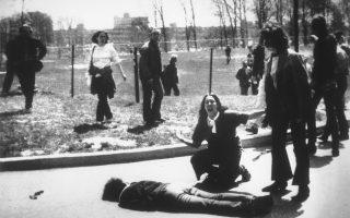 Η μαθήτρια Μέρι Ανν Βέκιο ωρύεται και φωνάζει, καθώς σκύβει πάνω από το νεκρό σώμα του φοιτητή Τζέφρι Μίλερ, στην πανεπιστημιούπολη του Πανεπιστημίου Κεντ στο Οχάιο, το 1970. Ο Μίλερ και άλλοι τρεις φοιτητές έπεσαν νεκροί από τα πυρά ανδρών της εθνοφυλακής, ενώ διαδήλωναν εναντίον της αμερικανικής εισβολής στην Καμπότζη. Η φωτογραφία του Τζον Φίλο τιμήθηκε με το βραβείο Πούλιτζερ. (ΑP Photo/ John Filo)