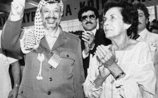 Ο ηγέτης της Οργάνωσης για την Απελευθέρωση της Παλαιστίνης (PLO), Γιασέρ Αραφάτ, κάνει το σήμα της νίκης, ενώ η Ορτένσια Μπούσι ντε Αλιέντε, σύζυγος του εκλιπόντα πρώην προέδρου της Χιλής, Σαλβαντόρ Αλίεντε,  τον χειροκροτάει, μετά την ομιλία του στο συνέδριο του ΠΑΣΟΚ στην Αθήνα, το 1984. Ο Αραφάτ και η Ορτένσια Μπούσι έτυχαν πανηγυρικής υποδοχής από τους 2.400 σύνεδρους που συμμετείχαν στο συνέδριο του κυβερνώντος κόμματος. (AP Photo/SARIS)