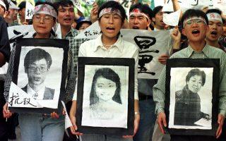 Διαδηλωτές κραδαίνουν τις φωτογραφίες των Κινέζων δημοσιογράφων που σκοτώθηκαν σε νατοϊκό βομβαρδισμό της κινεζικής πρεσβείας στο Βελιγράδι, κατά τη διάρκεια διαδήλωσης έξω από το αμερικανικό προξενείο στη νότια κινεζική πόλη Γκουαντζού, το 1999. Ο ακούσιος βομβαρδισμός του ΝΑΤΟ σκότωσε τρεις ανθρώπους και προκάλεσε τις μεγαλύτερες δημόσιες κινητοποιήσεις στην Κίνα από το 1989, όταν είχαν σαρώσει τη χώρα οι φοιτητικές εκδηλώσεις διαμαρτυρίας με αίτημα τον εκδημοκρατισμό του καθεστώτος. (AP Photo/Vincent Yu)