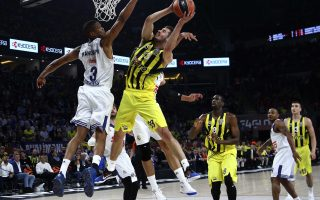Basketball - Euroleague Final Four Semifinal - Fenerbahce v Real Madrid - Sinan Erdem Dome, Istanbul, Turkey - 19/5/17 - Anthony Randolph of Real Madrid and Nikola Kalinic of Fenerbahce in action. REUTERS/Antonio Bronic