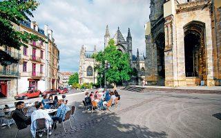 Στάση για καφέ στην Place Meynard, με θέα στη βασιλική του Saint Michel. (Φωτογραφία: VISUALHELLAS.GR)