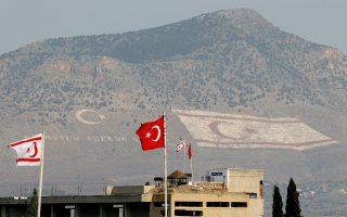 Aν κάτι μας εμποδίζει να λησμονήσουμε την ασυνεπή στάση του Λόρενς Ντάρελ, είναι το γεγονός πως κάθε αυγή εξακολουθούμε να αντικρίζουμε την τουρκική σημαία στη ράχη του Πενταδάκτυλου.