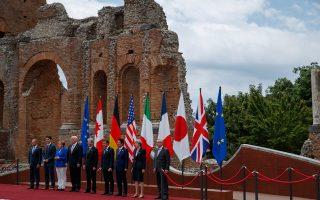 Ντόναλντ Τουσκ, Τζάστιν Tριντό, Αγκελα Μέρκελ, Ντόναλντ Τραμπ, Πάολο Τζεντιλόνι, Εμανουέλ Μακρόν, Σίνζο Αμπε, Τερέζα Μέι και Ζαν-Κλοντ Γιούνκερ σε αναμνηστική φωτογραφία από τη συνάντηση του G7 στην Ταορμίνα.