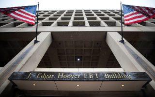 α κεντρικά γραφεία του FBI στην Ουάσιγκτον. Οι αναταράξεις από την αιφνιδιαστική απόφαση του Αμερικανού προέδρου Ντόναλντ Τραμπ να απολύσει τον διευθυντή της υπηρεσίας, Τζέιμς Κόουμι, εξακολούθησαν, δεδομένου ότι το FBI βρισκόταν εν μέσω έρευνας για τις προεκλογικές σχέσεις της εκστρατείας Τραμπ με τη Ρωσία.