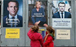 Δύο Γαλλιδούλες περιεργάζονται τις αφίσες των δύο υποψηφίων των προεδρικών εκλογών. Οι Γάλλοι ψηφοφόροι επιλέγουν σήμερα τον διάδοχο του προέδρου Ολάντ. Ολες οι δημοσκοπήσεις προέβλεπαν άνετη επικράτηση του ευρωπαϊστή Εμανουέλ Μακρόν έναντι της ακροδεξιάς αντιπάλου του, Μαρίν Λεπέν. Μεταρρύθμιση στην οικονομία, εξορθολογισμός του γαλλικού κοινωνικού μοντέλου και αναδιάρθρωση της Ευρωζώνης, οι μεγάλες προκλήσεις του νέου προέδρου. Σελ. 8-9