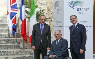 Ο Ιταλός υπουργός Οικονομικών Πιερ-Κάρλο Παντοάν (αριστερά) και ο διοικητής της τράπεζας της Ιταλίας Ινάτσιο Βίσκο (δεξιά) καλωσορίζουν τον υπουργό Οικονομικών της Γερμανίας Β. Σόιμπλε για την υπουργική συνάντηση του G7 στο Μπάρι.
