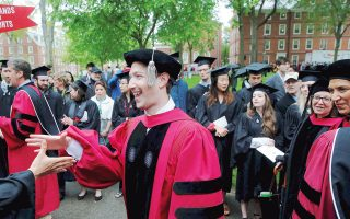 O Μαρκ Ζούκερμπεργκ με άλλους συμφοιτητές του κατά την απονομή του πτυχίου του. Σημειώνεται ότι και ο πλουσιότερος άνθρωπος στον πλανήτη, ο ιδρυτής της εταιρείας Microsoft Μπιλ Γκέιτς, είχε εγκαταλείψει τα έδρανα του Πανεπιστημίου Harvard το 1975.