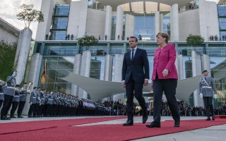 Θερμή υποδοχή στο Βερολίνο επεφύλαξε στον Γάλλο πρόεδρο Εμανουέλ Μακρόν η Γερμανίδα καγκελάριος Αγκελα Μέρκελ.