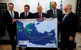 Ο υπουργός Ενέργειας του Ισραήλ, Γιουβάλ Στάινιντζ, κρατάει χάρτη με τον σχεδιαζόμενο αγωγό μεταφοράς αερίου από το Ισραήλ και την Κύπρο προς την Ελάδα και την Ιταλία, υπογεγραμμένο από τους ομολόγους του της Ελλάδας Γιώργο Σταθάκη, της Κύπρου Γιώργο Λακοτρύπη, τον επίτροπο Ενέργειας Μιγκέλ Αρίας Κανέτε και τον υπουργό Ανάπτυξης της Ιταλίας Κάρλο Καλέντα, κατά τη συνάντησή τους στο Τελ Αβίβ, στις 3 Απριλίου.