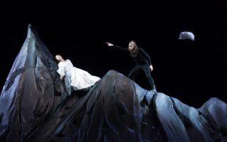 Σκηνή από το έργο «Οπερέττα» του Βίτολντ Γκομπρόβιτς, σε σκηνοθεσία του Νίκου Καραθάνου, στο Εθνικό Θέατρο (Μ. Κοτοπούλη).