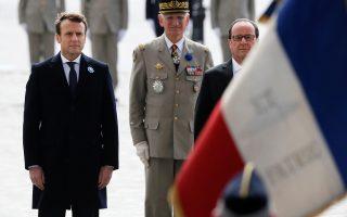 Ο απερχόμενος πρόεδρος της Γαλλίας Φρανσουά Ολάντ και ο διάδοχός του Εμανουέλ Μακρόν παρέστησαν χθες σε τελετή για την επέτειο τερματισμού του Β΄ Παγκοσμίου Πολέμου στο μνημείο του Αγνωστου Στρατιώτη στην Αψίδα του Θριάμβου στο Παρίσι.