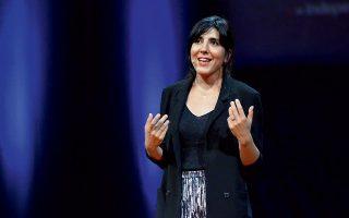 Η Δάφνη Ματζιαράκη, μπροστά στο ακροατήριο του 8ου TedxAthens, αφηγείται την ιστορία του ντοκιμαντέρ της σαν να ζούσε ξανά την κάθε στιγμή του.