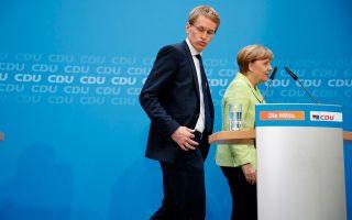 Η κ. Μέρκελ με τον νικητή των εκλογών στο Σλέσβιχ - Χόλσταϊν, Ντάνιελ Γκίντερ.