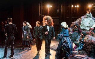 Η κόμμωση του Κώστα Μπερικόπουλου συζητήθηκε πολύ σ' εκείνη την πρόβα της «Οπερέττας». © Ορέστης Σεφέρογλου