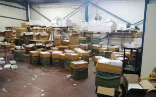 Από τις αστυνομικές αρχές κατασχέθηκαν 30.000 ρολόγια και 3.000 γυαλιά ηλίου διαφόρων εταιρειών με την εμπορική τους αξία να υπολογίζεται πως υπερβαίνει το ποσό των 120.000 ευρώ.