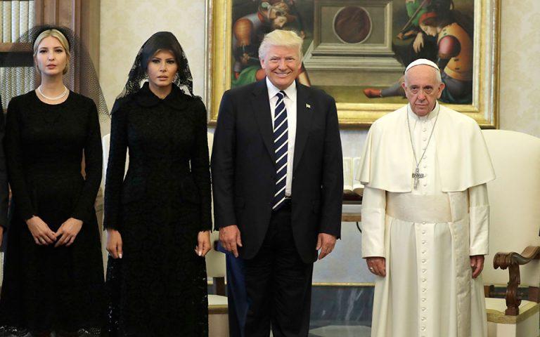 Οι αμήχανες στιγμές στο Βατικανό και τα δώρα του Πάπα στον Τραμπ