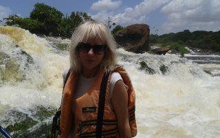 Η Σώτη Τριανταφύλλου, στον ποταμό Ορινόκο στη Βενεζουέλα. Η ίδια δεν έχει σταματήσει ποτέ να εξερευνά τον κόσμο, ταξιδεύοντας, μαθαίνοντας, γράφοντας.