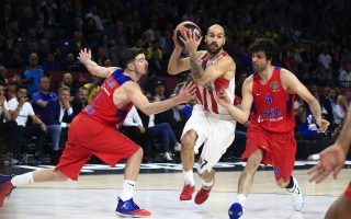 Olympiakos' Vassilis Spanoulis, left, drives to score as CSKA's Moscow Milos Teodosic, right, and Nando De Colo defend during their Final Four Euroleague semifinal basketball match against CSKA Moscow at Sinan Erdem Dome in Istanbul, Friday, May 19, 2017. Olympiakos won 82-78. (AP Photo/Lefteris Pitarakis)
