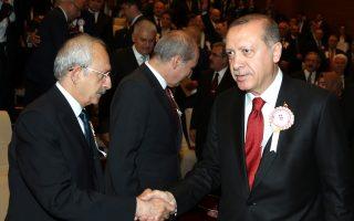 Ο πρόεδρος Ταγίπ Ερντογάν με τον αρχηγό της αντιπολίτευσης Κεμάλ Κιλιτσντάρογλου, σε χθεσινή τελετή στην Αγκυρα.