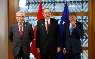 Ο Ερντογάν στις Βρυξέλλες με Γιούνκερ και Τουσκ. Σύμφωνα με ορισμένες πηγές, προσπαθεί να βρει νέες ισορροπίες σε μια περίοδο που έχει ανοίξει μέτωπα με σειρά ευρωπαϊκών χωρών.