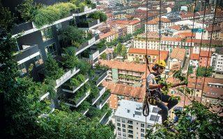Ο Κάθετος Κήπος του αρχιτέκτονα Στέφανο Μποέρι στο Μιλάνο: δύο ουρανοξύστες «ντυμένοι» με 780 δέντρα, 5.000 θάμνους και 11.000 ανθοφόρα φυτά!