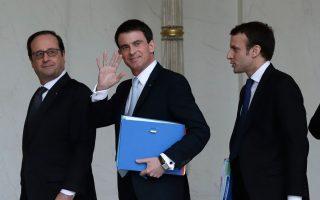 Ολάντ, Βαλς και Μακρόν σε ένα στιγμιότυπο που μοιάζει σήμερα πολύ μακρινό, ύστερα από συνεδρίαση του υπουργικού συμβουλίου, στο Ελιζέ.