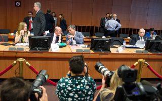 Οταν αποκαλύφθηκε στον Ευκλ. Τσακαλώτο το σενάριο που προβλέπει ότι το ΔΝΤ θα συμμετείχε χωρίς εκταμίευση και ότι η ελάφρυνση του χρέους μετατίθεται για αργότερα, ο Ελληνας υπουργός «έχασε το χρώμα του».