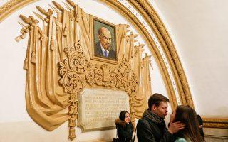 Τρυφερό στιγμιότυπο μπροστά από μωσαϊκό που απεικονίζει τον Λένιν, στον σταθμό Κιέβσκαγια του μετρό της Μόσχας.