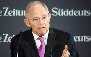 «Εγιναν πολλά, όχι αρκετά, αλλά η πολιτική ηγεσία επιμένει να φορτώνει το βάρος στους αδύναμους» υποστήριξε ο Γερμανός υπουργός Οικονομικών Β. Σόιμπλε.