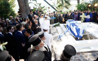Στη γη της Κρήτης επέστρεψε για πάντα χθες ο Κωνσταντίνος Μητσοτάκης. Ο πρώην πρωθυπουργός ετάφη στο μέρος που είχε διαλέξει ο ίδιος: στο μικρό κοιμητήριο του Αργουλιδέ, δίπλα στη σύζυγό του Μαρίκα. Κρητικοί βρακοφόροι τραγούδησαν ένα ριζίτικο και μαντινάδες για να τον αποχαιρετίσουν μαζί με την οικογένειά του, φίλους, συντοπίτες και συνοδοιπόρους του.