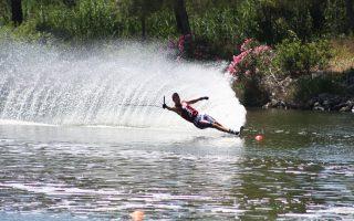 Τόμας Ντεγκάσπερι: Ο Ιταλός από το Τρέντο έκανε τα πρώτα του σλάλομ στη σχολή θαλάσσιου σκι του πατέρα του στη λίμνη Κοντολάζο, κατακτώντας στην πορεία αρκετά πρωταθλήματα στο σλάλομ. Σήμερα ζει στη Φλόριντα των ΗΠΑ, αλλά έχει επισκεφθεί και τη λιμνοθάλασσα Καϊάφα για να απολαύσει τα νερά της (φωτ.) «Είναι πρόκληση να βοηθώ τους μαθητές μου να ξεπερνούν κακές συνήθειες και να τους βλέπω να βελτιώνονται», λέει ο ίδιος.
