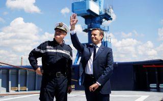 Ο Γάλλος πρόεδρος Εμανουέλ Μακρόν πάνω σε ρυμουλκό του γαλλικού ναυτικού στον Ατλαντικό.