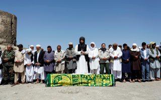 Αφγανοί προσεύχονται στην κηδεία ενός εκ των θυμάτων της προχθεσινής επίθεσης στην Καμπούλ.