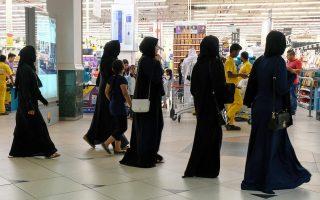 Μαυροντυμένες γυναίκες εφοδιάζονται με τρόφιμα από σούπερ μάρκετ στην Ντόχα, μετά τον διπλωματικό αποκλεισμό του Κατάρ από τον υπόλοιπο αραβικό κόσμο.