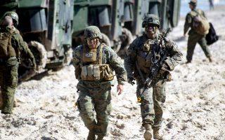 Μέλη των ειδικών δυνάμεων των ΗΠΑ σε παραλία της Λετονίας, στο πλαίσιο της άσκησης BALTOPS.