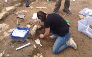 Η ανασκαφή στο Πλάσι Μαραθώνα είναι τόπος άσκησης των φοιτητών του ΕΚΠΑ, αλλά και εκπαίδευσης των τυχερών επισκεπτών.