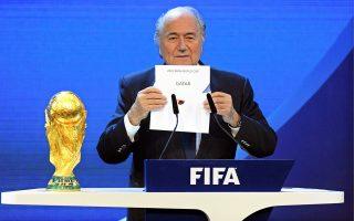 Το 2010 o Μπλάτερ ανακοίνωνε την ανάθεση του Παγκοσμίου Κυπέλλου του 2022 στο Κατάρ. Επτά χρόνια μετά, οι εξελίξεις καθιστούν αβέβαιη τη διεξαγωγή του στο εμιράτο.