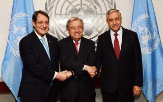 Ο πρόεδρος της Κυπριακής Δημοκρατίας Νίκος Αναστασιάδης, ο Τουρκοκύπριος ηγέτης Μουσταφά Ακιντζί και ο γενικός γραμματέας του ΟΗΕ Αντόνιο Γκουτιέρες, στο περιθώριο της συνάντησής τους στη Νέα Υόρκη.